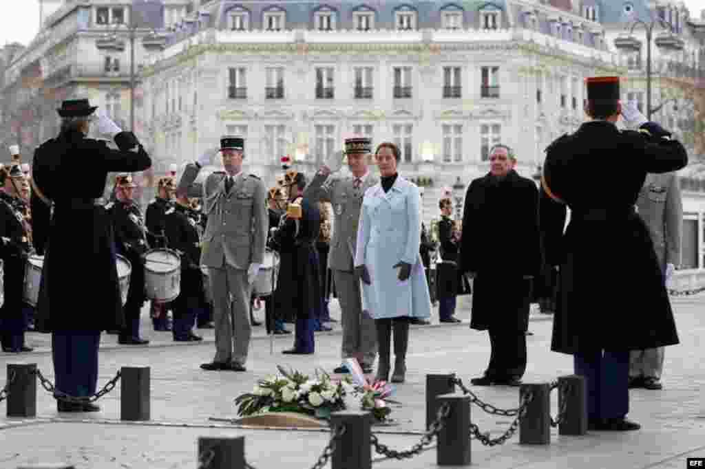 Raúl Castro (2d) y la ministra gala de Ecología, Desarrollo Sostenible y Energía, Ségolène Royal (3d), en una ceremonia en la Tumba del Soldado Desconocido en el Arco del Triunfo en París.