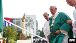 El papa Francisco antes de iniciar la misa en la plaza de la Revolución.