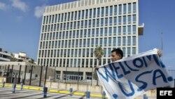 Un hombre sostiene una pancarta frente a la embajada de Estados Unidos en La Habana (20 de julio, 2015).