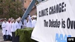 Miembros del movimiento activista internacional Avaaz participan en una protesta contra el dogma del calentamiento global. Archivo