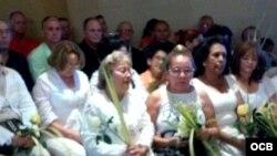 Damas de Blanco en la Ermita de la Caridad del cobre.