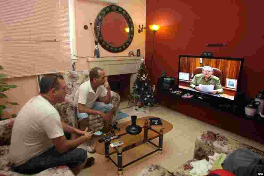 Varias personas observan la intervención Raúl Castro, desde sus oficinas en la sede del Ministerio de las Fuerzas Armadas Revolucionarias(MINFAR) anunciando suconversación con el presidente Barack Obama y el restablecimiento de las relaciones diplomáticas con Estados Unidos.