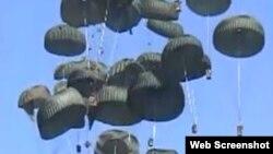 Aviones C-17 de EE.UU. dejan caer las primeras cajas con raciones de alimentos y botellas de agua tras el terremoto en Haití.