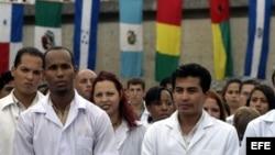 Graduación de médicos cubanos y de otros países latinoamericanos en la escuela de medicina de la Universidad de La Habana.