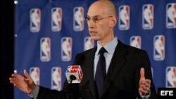 El comisionado de la NBA, Adam Silver, habla en rueda de prensa