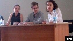 Fotografía cedida por la Organización de Derechos Humanos que muestra al exanalista de la CIA Edward Snowden (c), junto a su asesora legal, Sarah Harrison (i),
