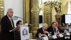 El alcalde de Miami (EEUU), Tomás Pedro Regalado (i), durante la conferencia sobre la presencia hispana en el estado de Florida (EEUU) que ha ofrecido hoy en la Tribuna Iberoamericana, que organiza la Casa de América en Madrid y la Agencia EFE.