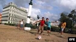 Jóvenes juegan fútbol en un parque de La Habana (Cuba).