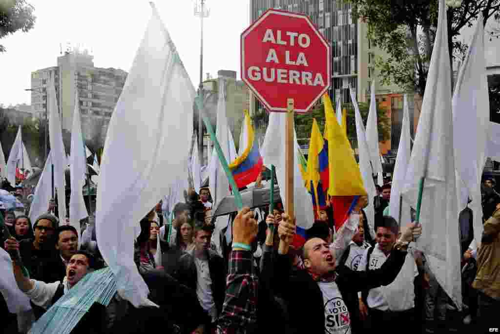 """Un grupo de estudiantes universitarios participan en una manifestación de apoyo al """"Sí"""" en el plebiscito por el acuerdo de paz entre el Gobierno colombiano y la guerrilla FARC hoy, viernes 30 de septiembre de 2016, en Bogotá (Colombia). Un grupo de estud"""