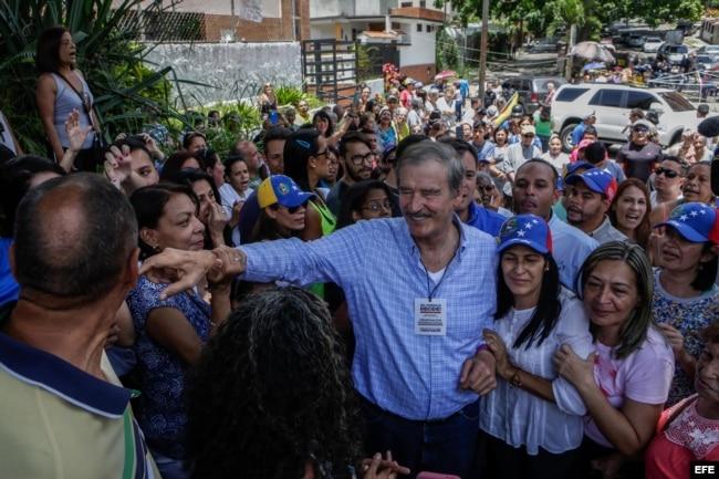 El expresidente mexicano Vicente Fox (c) visita un centro de consulta popular hoy, domingo 16 de julio de 2017, en el barrio de Petare, Caracas (Venezuela).