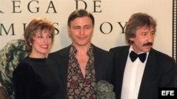 Fotografía de archivo del 21 de enero de 1994 del cineasta y cantautor argentino Leonardo Favio (c).