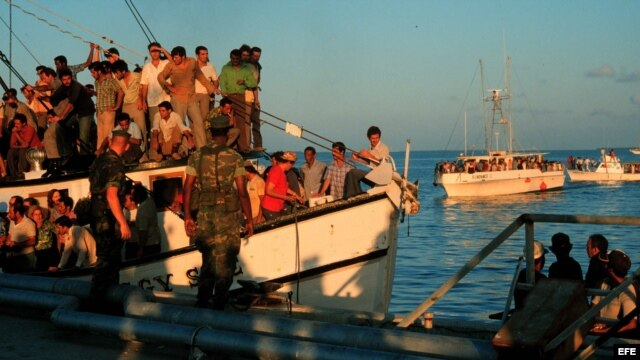 Foto de archivo de exiliados cubanos que llegan en barcos durante el éxodo del Mariel en 1980,en el que arribaron al sur de Florida más de 125.000 cubanos.