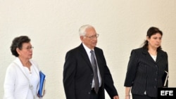 Fotografía de archivo del exministro de Defensa de El Salvador, José Guillermo García Merino (c), acompañado de su esposa (i) e hija (d), tras salir de una corte de inmigración en Miami (EEUU) donde se estudia su posible deportación.