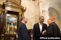 Barack Obama y su asesor Ben Rhodes conversan en la Catedral de La Habana con el Cardenal Jaime Ortega, quien ayudó a conseguir el apoyo del Papa Francisco al deshielo entre Cuba y EE.UU. (White House)