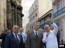 ARCHIVO. Igor Ivanovich Sechin visita el Centro Histórico de La Habana Vieja, acompañado por Ricardo Cabrisas (i) y el historiador de la ciudad Eusebio Leal.