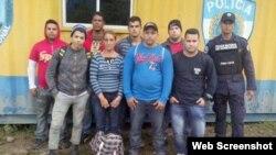 Grupo de cubanos retenidos por la Policía de Honduras.