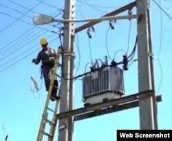 Cuba un trabajador de la empresa eléctrica realizando reparaciones luego del ciclón Sandy en 2010