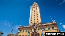 La Torre de la Libertad, hito del paisaje y la historia de Miami.