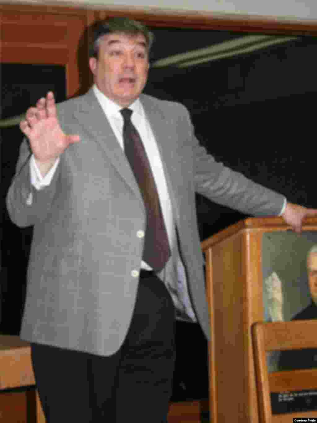 Adalberto Jordan dando una conferencia a estudiantes en Miami.