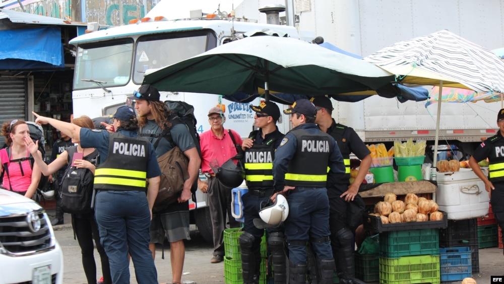 Policías de Costa Rica caminan por la zona fronteriza con Panamá. Foto Archivo