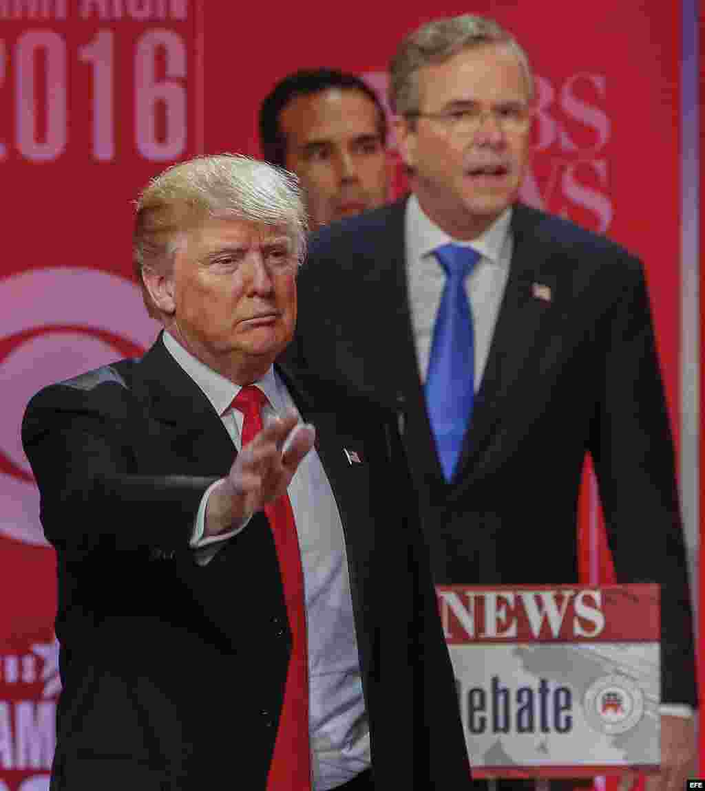 Donald Trump (i) y Jeb Bush (d) en el debate de Carolina del Sur, auspiciado por CBS.