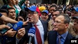 El diputado de la Mesa de Unidad Democrática (MUD) Julio Borges habla con la prensa a su llegada para la instalación de la Asamblea Nacional. EFE