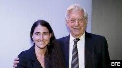 El escritor peruano Mario Vargas Llosa y la bloguera cubana Yoani Sanchez durante el VII Foro Atlántico, en la Casa de America.