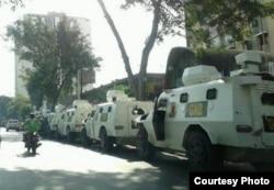Estos vehículos de la Guardia Nacional fueron desplegados en torno al Ministerio de Alimentación de Venezuela para cerrar el paso a la marcha de ollas vacías.