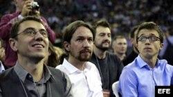 """El líder de Podemos, Pablo Iglesias (c), Juan Carlos Monedero (i) e Iñigo Errejón (d), en la Asamblea Ciudadana """"Sí Se Puede""""."""