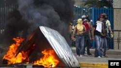 Estudiantes y opositores marchan en Caracas