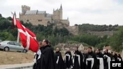 Caballeros de la Soberana Orden Militar de Malta van de camino a la iglesia de la Veracruz en Segovia.