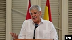 El ministro de Asuntos Exteriores de España, Alfonso Dastis, realiza una visita al Centro Gallego en su primer día de visita a Cuba.