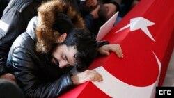 """Funeral de Yunus Gormek, una de las víctimas del atentado de Año Nuevo en la discoteca """"Reina"""" de la capital turca."""