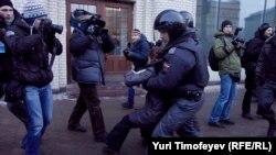 Policias rusos detienen a manifestantes en Moscú