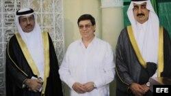 El príncipe de Arabia Saudí, Khaled Bin Saud Bin Khaled Al-Saud (d), el embajador de esa nación en Cuba, Saeed Hassan Aljomae (i) y el canciller cubano, Bruno Rodríguez Parrilla (c), en la sede de la embajada de ese país en Cuba. 26 de febrero del 2013.