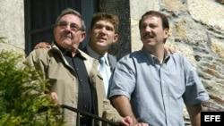 Raúl Castro Ruiz acompañado por su hijo (dcha) y su nieto (c), durante una visita a Láncara (Lugo).