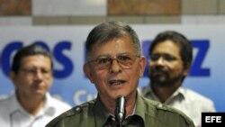 """El jefe guerrillero de las FARC Rodrigo Granda (c), alias """"Ricardo Téllez"""", acompañado de Luciano Marín (d), alias """"Iván Márquez"""", y Jorge Torres Victoria (i), alias """"Pablo Catatumbo"""", da declaraciones a la prensa en La Habana."""