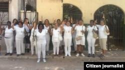 Perfiles de Tres Damas de Blanco