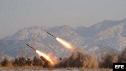 Imagen sin fechar facilitada por la agencia norcoreana KCNA que muestra el lanzamiento de misiles.