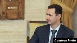 El presidente Bashar Al Asad (dcha) se reúne con el enviado de la ONU y de la Liga Árabe para Siria, Kofi Annan (izda), en el Palacio Presidencial en Damasco.