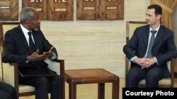 El presidente Bashar Al Asad (dcha) se reúne con el enviado de la ONU y de la Liga Árabe para Siria, Kofi Annan (izda), en el Palacio Presidencial en Damasco. Archivo.