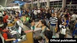 Cubanos en Aeropuerto de Liberia. Foto Cancillería Costa Rica