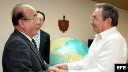 En 2009 el general Raúl Castro (d) recibe y toma de las manos al ministro de Relaciones Exteriores de Corea del Norte, Pak Ui Chun (i).