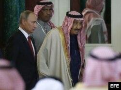 El presidente ruso, Vladímir Putin (i), y el rey de Arabia Saudí, Salman bin Abdelaziz.