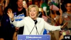 La precandidata demócrata Hillary Clinton habla en Miami, en un evento de campaña del Supermartes.