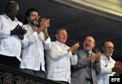 Castro en 50 años de la UNEAC. Junto a Castro el vicepresidente de la isla, Esteban Lazo (i); el ministro de Cultura, Abel Prieto (2 i) y el escritor y presidente de la UNEAC Miguel Barnet (d), y Roberto Fernández Retamar.