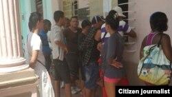Reporta Cuba. Cuentapropistas se presentaron en oficinas del gobierno en Morón. Foto: Nilo Alejandro.