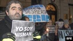 """El rabino Alberto Zellicovich (i) sostiene una pancarta donde se lee """"Yo soy Nisman"""" (18 de febrero, 2015)."""