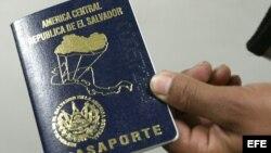 Ciudadanos salvadoreños que viven en EEUU ya no podrán reinscribirse en TPS. (Archivo)