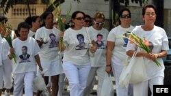 HAB15. LA HABANA (CUBA), 14/03/08.- Las Damas de Blanco, esposas y familiares de disidentes encarcelados marchan hoy, 14 de marzo de 2008, en La Habana durante el quinto aniversario de las detenciones de 75 opositores, de los cuales 55 permanecen actualme